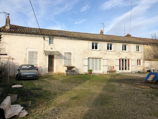 A VENDRE 2 Maisons attenantes Sauzé-Vaussais - 3 chambres - cour - 2 garages