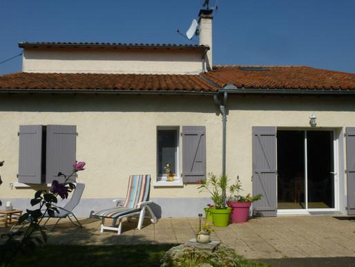 A VENDRE Maison de campagne La Chapelle Bâton - 3 chambres - jardin 926m² - 2 garages