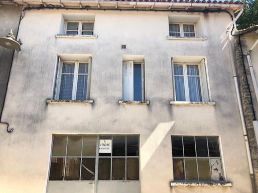 A VENDRE Maison de ville habitable de suite Benest - 4 chambres - garage - cour