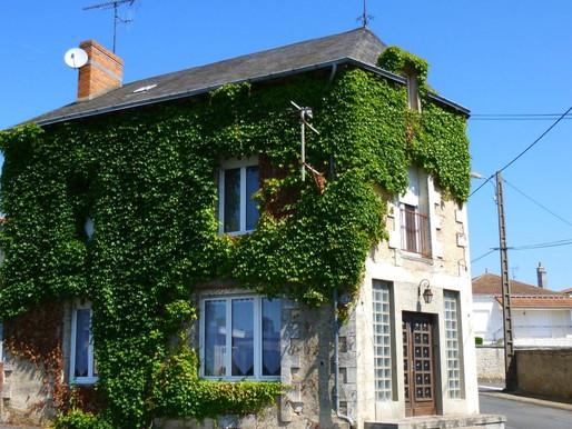 A VENDRE Maison Civray - 4 chambres - terrasse et jardinet