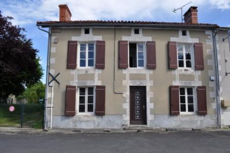 A VENDRE Maison de village Joussé - 3 chambres - dépendances et jardin 1095m²