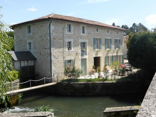 A VENDRE Moulin en bon état Lizant - appartement en annexe situé au coeur du village - 1870m²