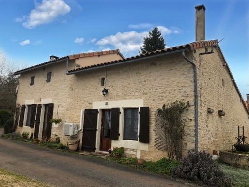 A VENDRE Maison de campagne Usson-du-Poitou - 3 chambres - 1ha - dépendance 360m²