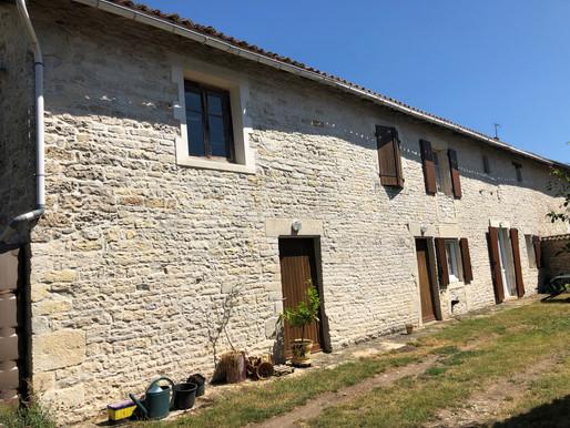 A VENDRE Maison de village Rom - 3 chambres - dépendances - terrain de 4 450m²