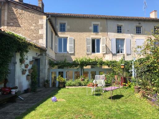 A VENDRE Maison de ville Civray - très bon état - 5 chambres - jardin 427m²
