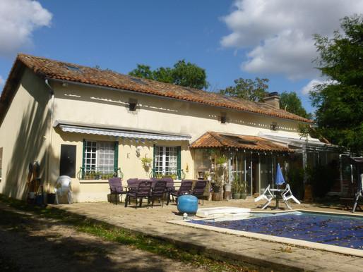A VENDRE Propriété de campagne Saint-Macoux - gîte - 358m² habitables - piscine -5678m²- dépendance