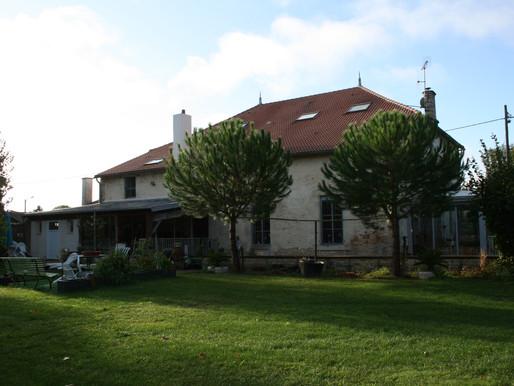 A VENDRE belle demeure à proximité du Centre ville de Lezay, 1ha de jardin, Piscine, rivière ...