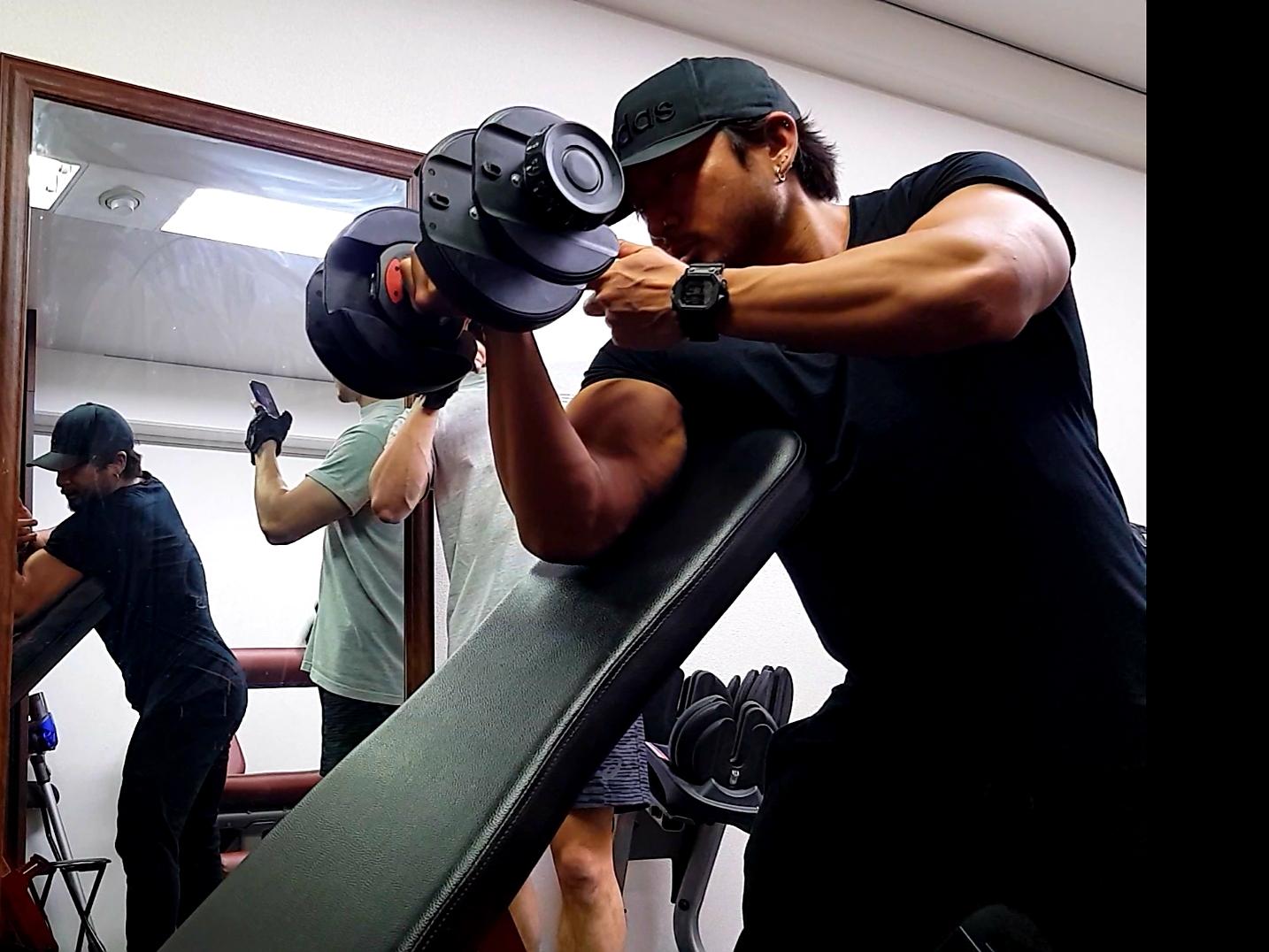 腕の筋トレを教えるパーソナルトレーナー
