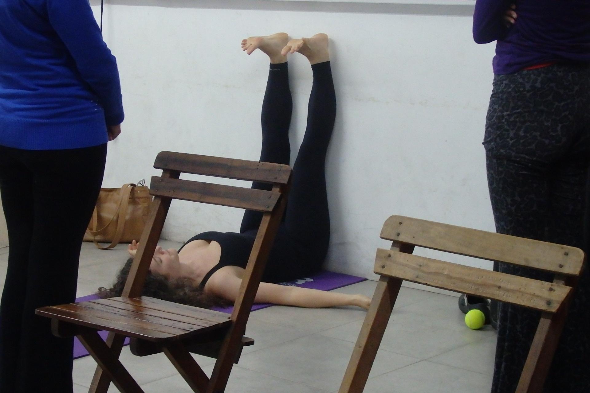 Mostrando la postura semi-invertida