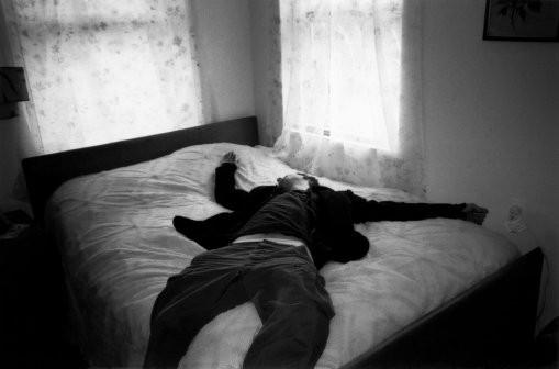 homem esgotado, cansado, jogado na cama