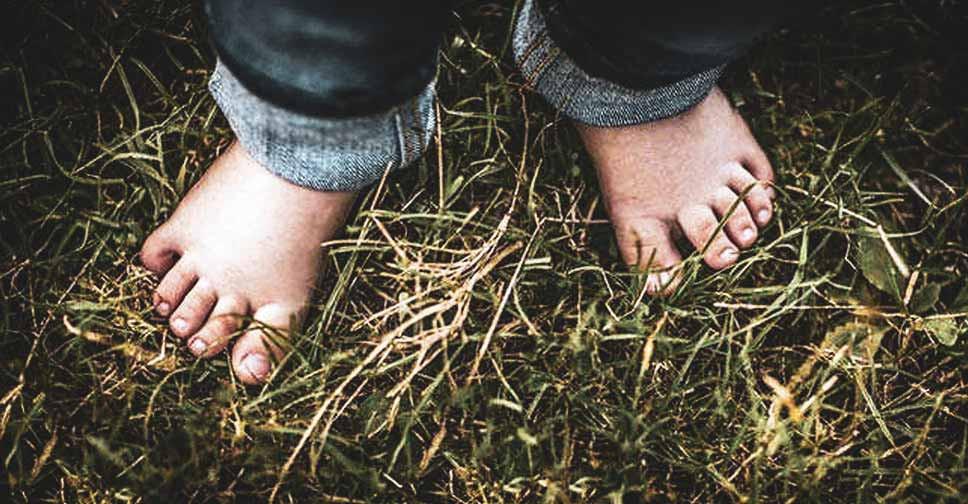 pés descalços criança