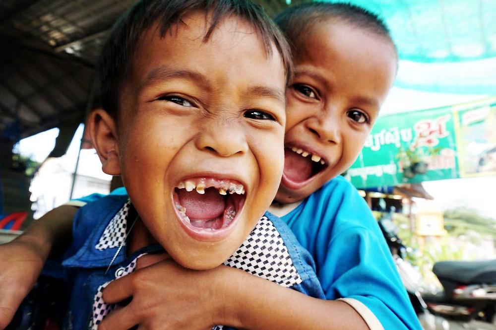 crianças abraçadas sorrindo