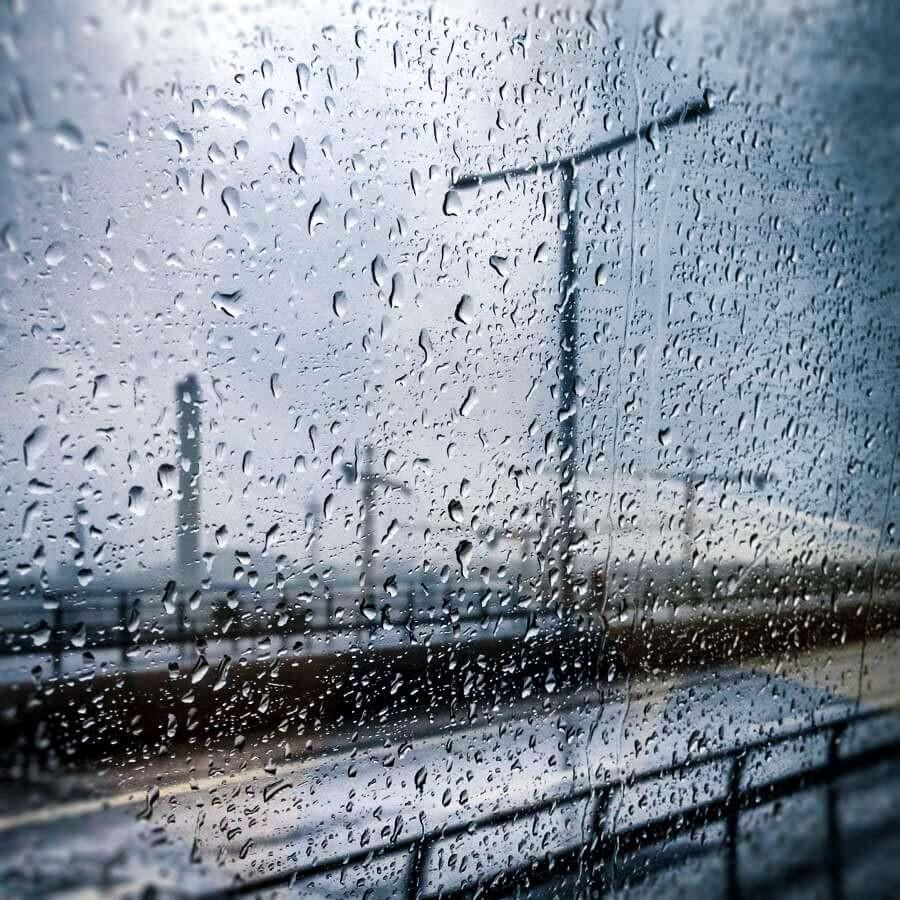 imagem de gotas de chuva no vidro, visão de dentro do carro