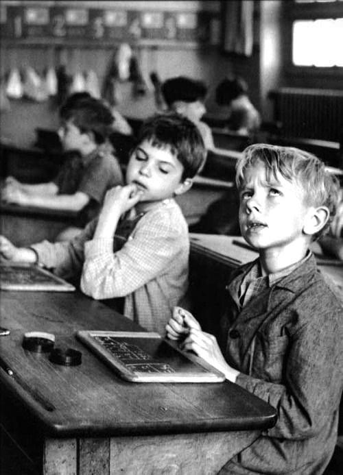 escola de antigamente foto de criança preto e branco