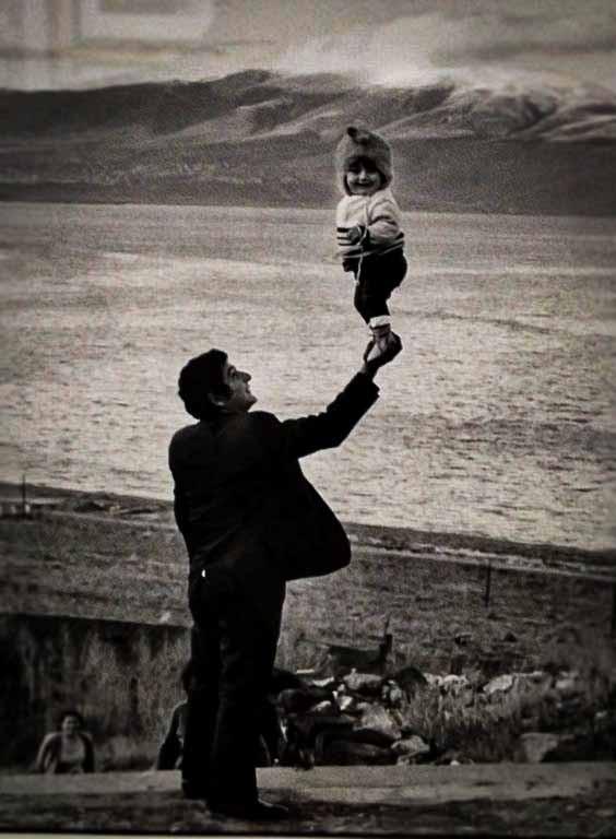criança sendo carregada pelo pai grande e pequeno tamanho ponto de vista criança