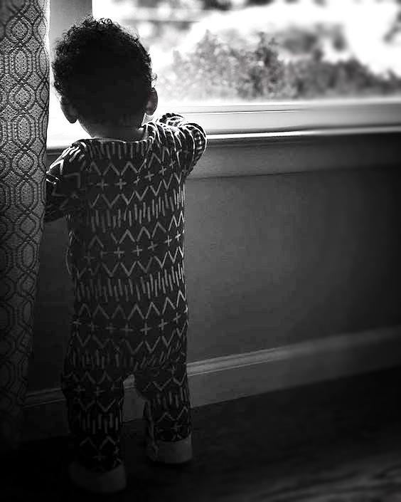 menino esperando pai na janela pequeno