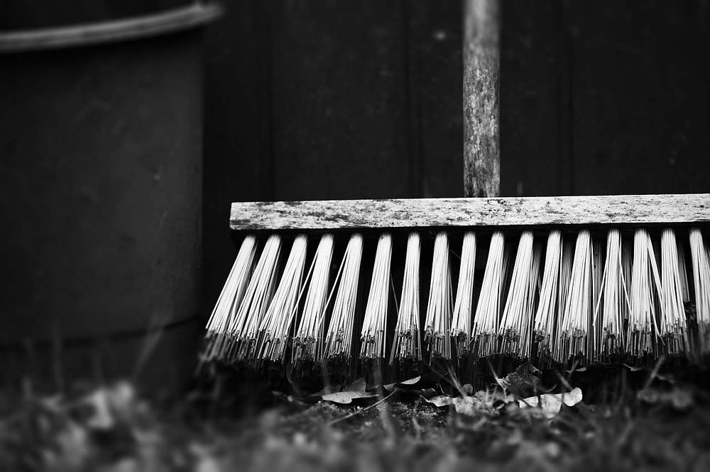 vassoura foto preto e branco