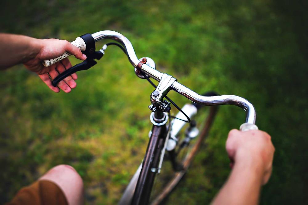 menino andando bicicleta vintage