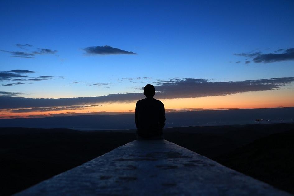 silhueta de um homem pensativo, refletindo olhando horizonte