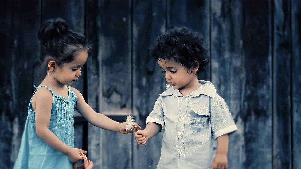 dádiva pureza, uma criança dando uma flor para outra um menino e uma menina