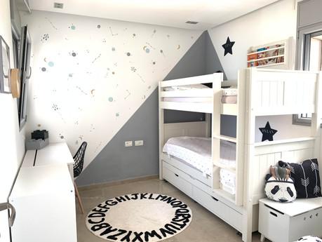 עיצוב החדר עם מדבקות קיר