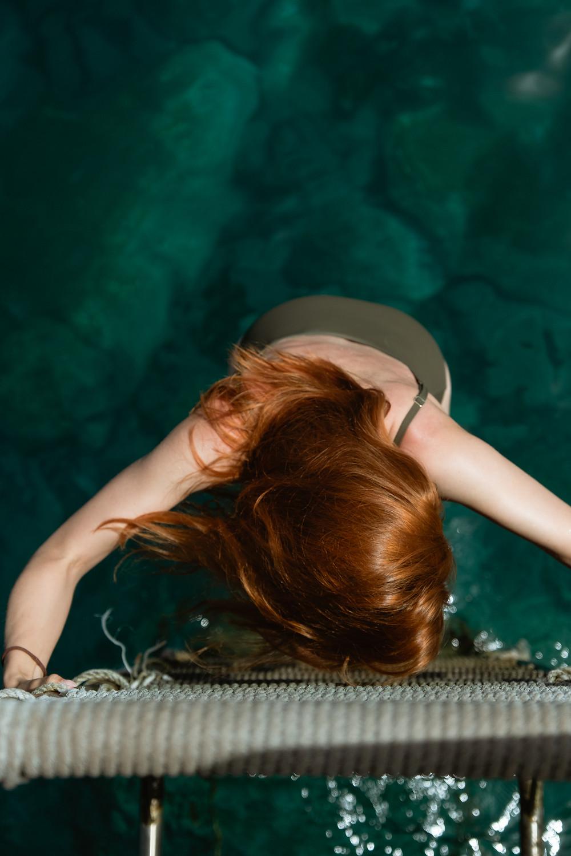 Suvelle cabelo ruivo na água verde do mar na ilha da Madeira