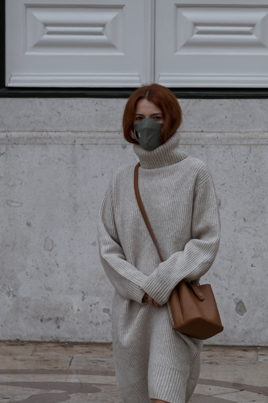 Mulher com Vestido de malha bege e máscara U Mask