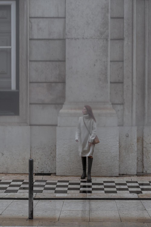 Mulher nas ruas de Lisboa em dia de chuva