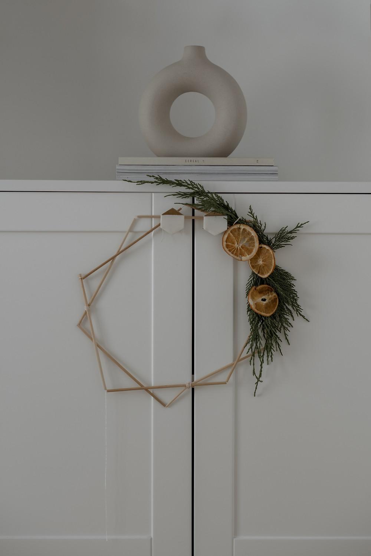 Como fazer uma coroa de natal com laranjas desidratadas