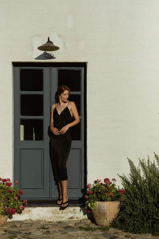 São Lourenço do Barrocal suvelle de vestido preto na porta