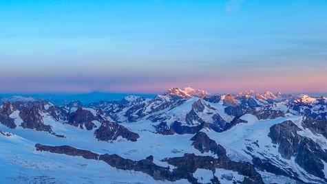 Il massiccio del Monte Bianco all'alba salendo la Dent Blanche 4357m