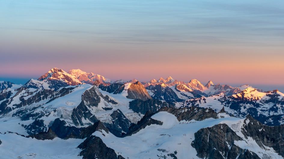 Massiccio del Monte Bianco in lontananza