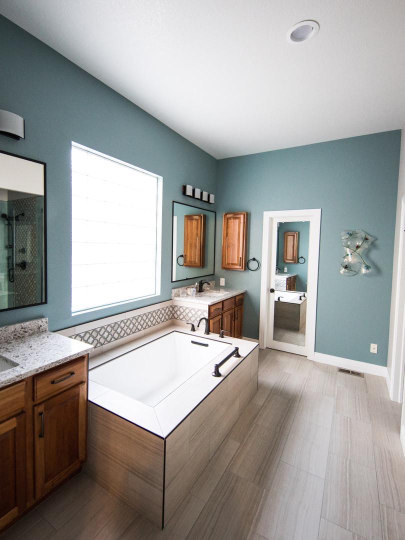 bathroom-bathtub-indoors-1909791.jpg