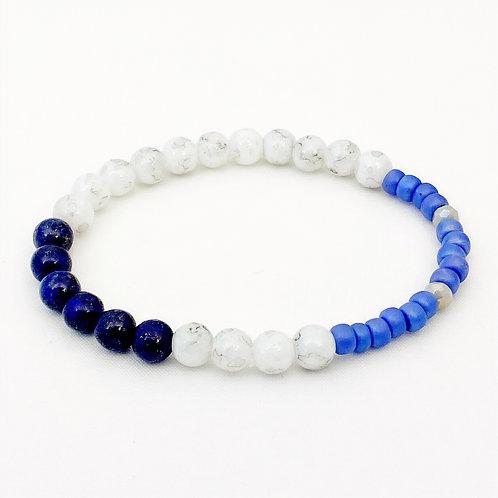 Armband van Lapis Lazuli kralen samen met glaskralen met een marmerlook en lichtblauwe glasrocailles.