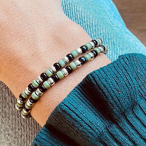 Armbandje van glasrocailles in de kleuren zwart en groen getoond op arm