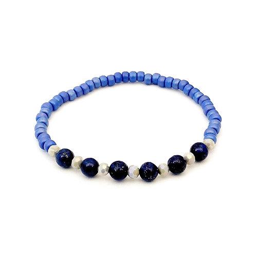 Armband van diepblauwe Lapis Lazuli kralen gecombineerd met lichtblauwe glasrocailles