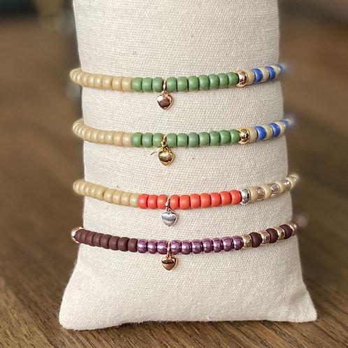 Gekleurd armbandje van miuyki rocailles met bedels