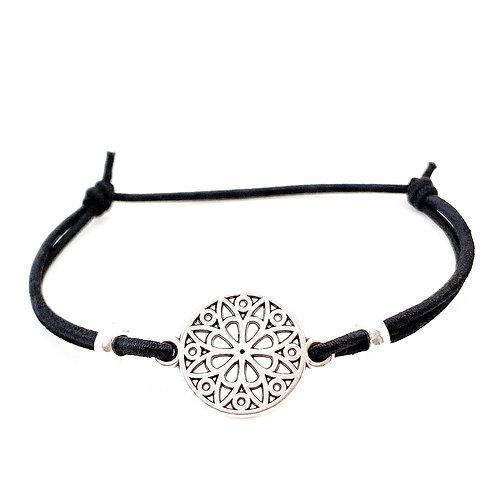 Een minimalistische schuifarmband van zwart elastiek met een hip verzilverdtussenzetsel!