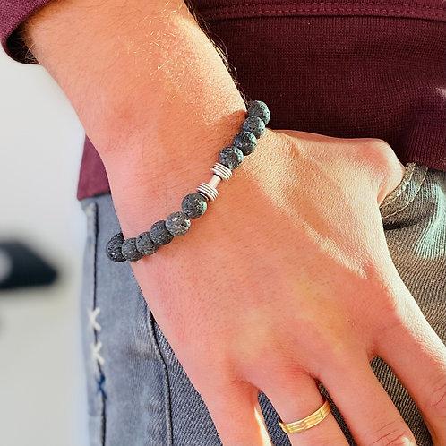 Grijs lavasteen armband op pols