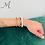 Set armbanden kurkleer en edelsteen op pols.