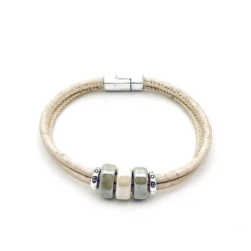 Naturel kurkleer armband met keramiek steentjes lichtgroen en wit.