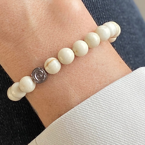 Armband van witte Jaspis kralen om pols met hematiet roosje