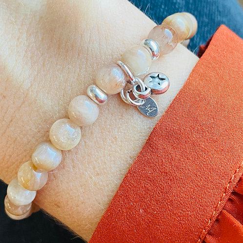 Armband van zonnesteen kralen en zilveren bedel
