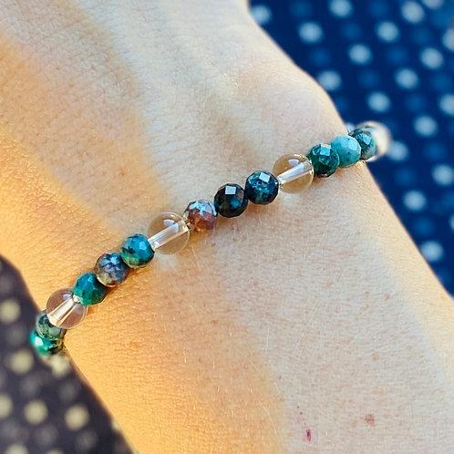 Armband blauw groene kralen met bergkristal op pols
