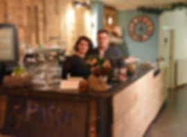 Angelique Janssen en Bart Janssen samen staand achter de bale bij Sjpassie waar de broodjes en soepen worden gemaakt.