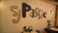 Het logo va Sjpassie groot op één van de muren in het pand.