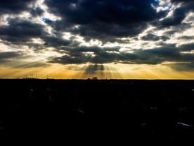 A felhők és a nap gyönyörű játéka