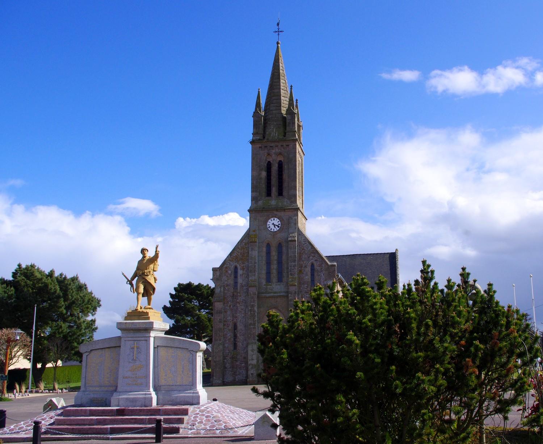 la place de Fréhel avec son église