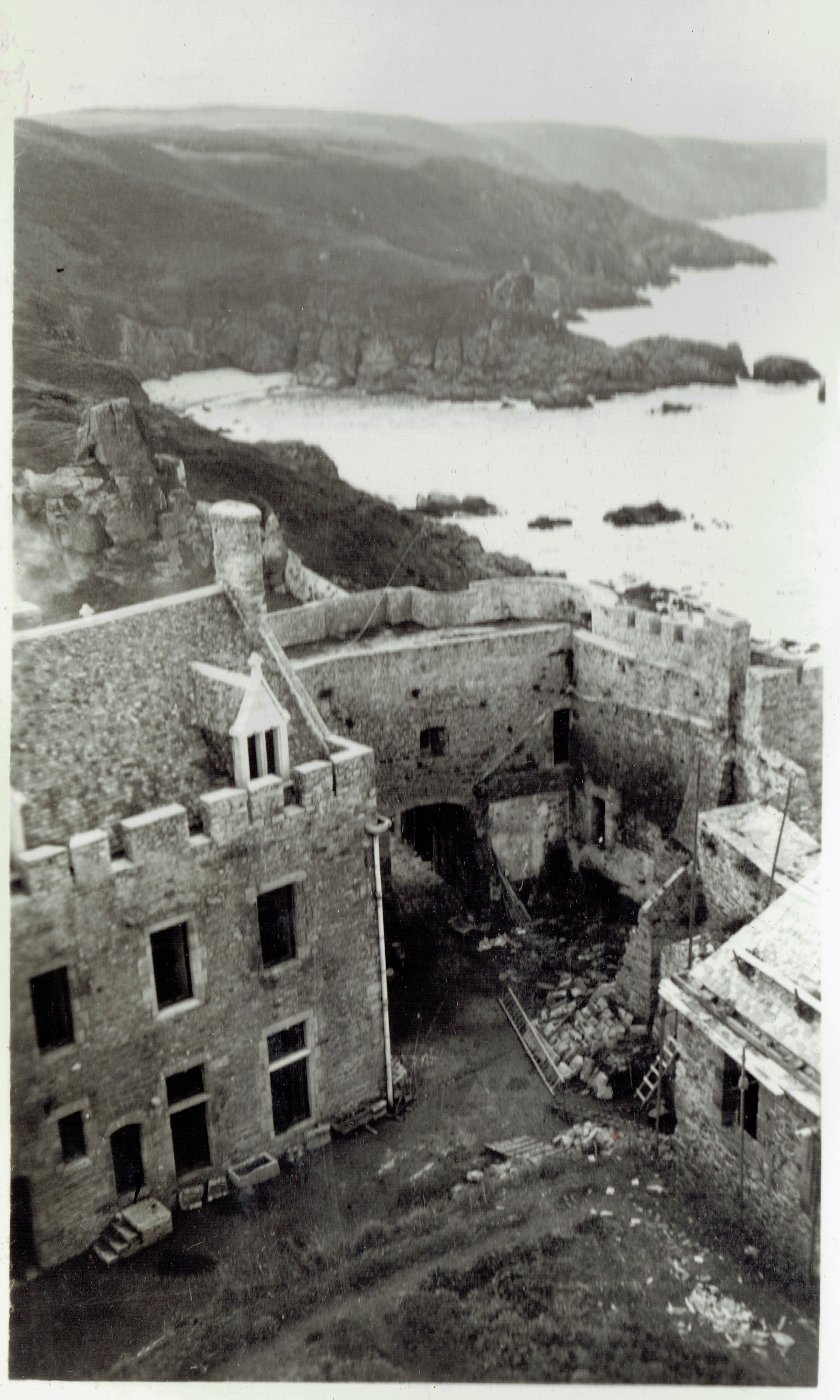 fort la latte   cour avec logis charpente chapelle et terrasse vue du haut du donjon  14 septembre 1