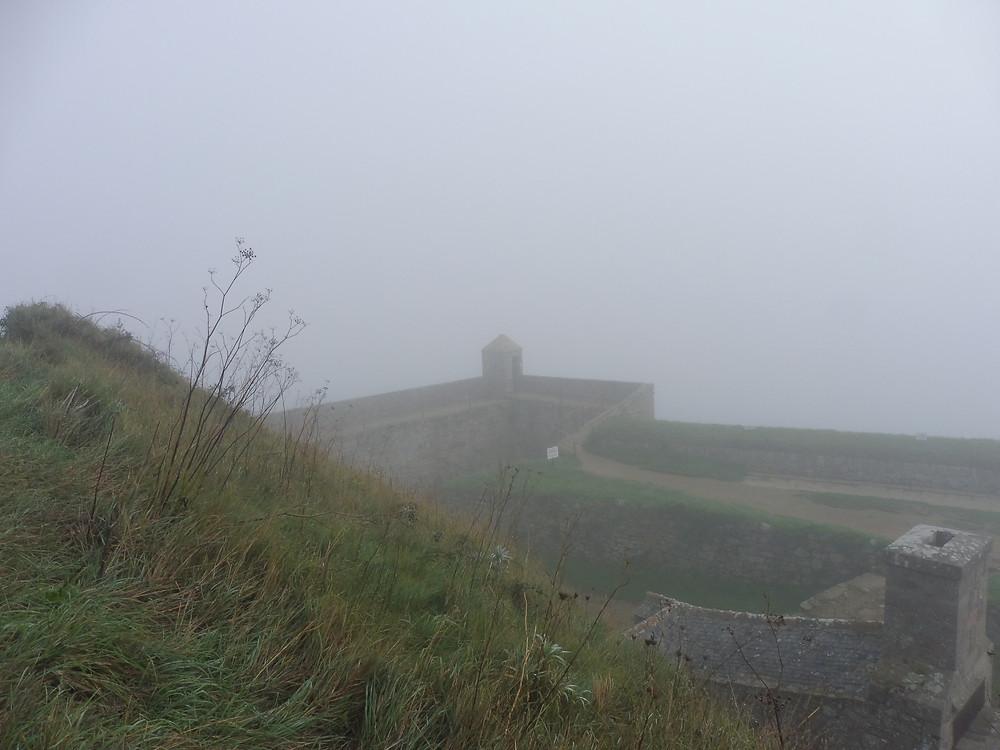 le fort sous la brume